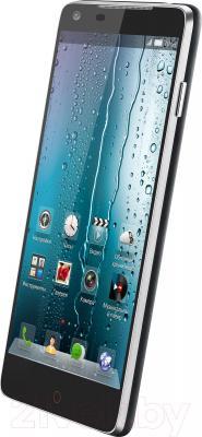 Смартфон ZTE Nubia Z5 - вполоборота