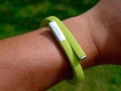 Фитнес-трекер Jawbone Up24 (L, лимонный) - вид на руке