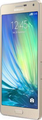 Смартфон Samsung Galaxy A7 / A700FD (золотой) - вполоборота