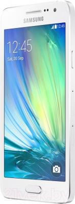 Смартфон Samsung Galaxy A3 / A300F/DS (белый) - вполоборота