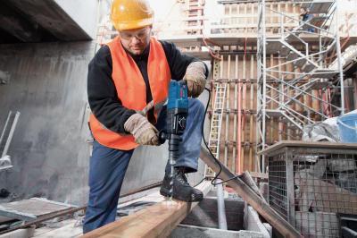 Профессиональный перфоратор Bosch GBH 2-24 DF Professional (0.611.2A0.400) - в работе