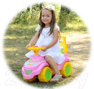Каталка детская ТехноК Автомобиль для прогулок (0793) - ребенок на каталке