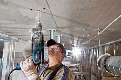 Профессиональный перфоратор Bosch GBH 2-24 D Professional (0.611.2A0.000) - в работе
