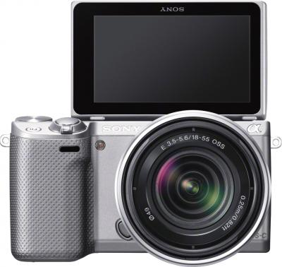 Беззеркальный фотоаппарат Sony Alpha NEX-5RK (серебристый) - вид спереди +поворотный экран