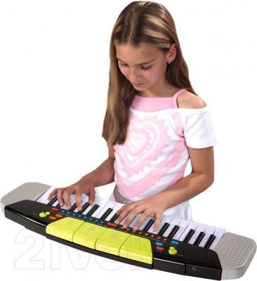 Музыкальная игрушка Simba Стильный синтезатор (10 6835366) - ребенок во время игры