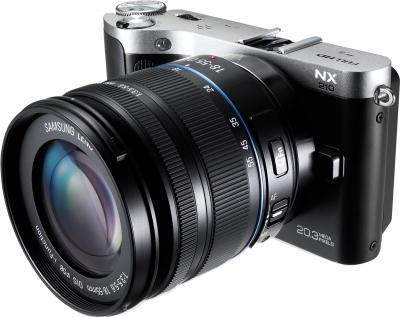 Беззеркальный фотоаппарат Samsung NX210 Kit 18-55mm Black-Silver - вполоборота