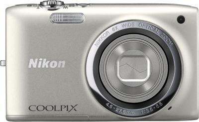 Компактный фотоаппарат Nikon Coolpix S2700 Silver - вид спереди с закрытым объективом