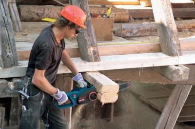 Электропила цепная Bosch GKE 40 BCE Professional (0.601.597.703) - в работе