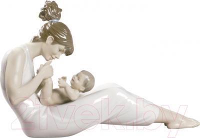"Статуэтка Lladro Familia ""Хихикая на руках у мамы"""