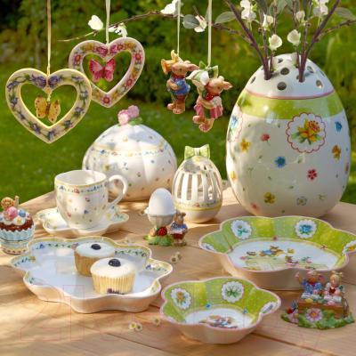 Блюдо Villeroy & Boch Spring Fantasy Зайчик-девочка раскрашивает пасхальное яйцо - вид коллекции Spring Fantasy в интерьере