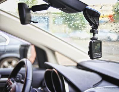 Автомобильный видеорегистратор NeoLine Cubex V10 - вид в автомобиле
