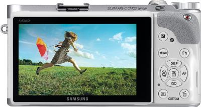 Беззеркальный фотоаппарат Samsung NX300 Kit 18-55mm White-Silver (EV-NX300ZBQURU) - вид сзади