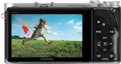 Беззеркальный фотоаппарат Samsung NX300 Kit 18-55mm Black-Silver (EV-NX300ZBSTRU) - вид сзади