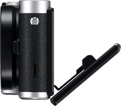 Беззеркальный фотоаппарат Samsung NX300 Kit 18-55mm Black-Silver (EV-NX300ZBSTRU) - вид сбоку: поворотный экран