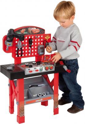 Детский набор инструментов Smoby Ремонтная мастерская Тачки с машинкой Маккуин (500189) - ребенок рядом с мастерской