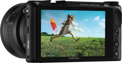 Беззеркальный фотоаппарат Samsung NX2000 (EV-NX2000BABRU) Black - вполоборота