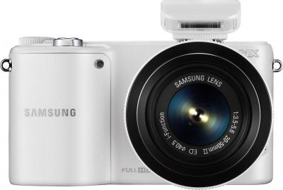 Беззеркальный фотоаппарат Samsung NX2000 (EV-NX2000BFWRU) White - вид спереди со вспышкой