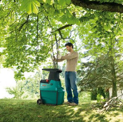 Садовый измельчитель Bosch AXT 25 D (0.600.803.100) - в работе