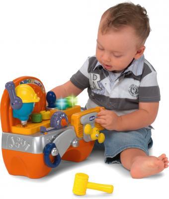 Развивающая игрушка Chicco Говорящая мастерская (69032000180) - ребенок во время игры