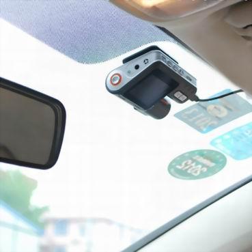 Автомобильный видеорегистратор Intro VR-670 - в автомобиле