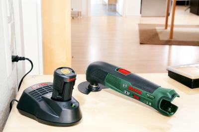 Многофункциональный инструмент Bosch PMF 10.8 LI (0.603.101.922) - в работе