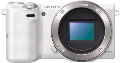 Беззеркальный фотоаппарат Sony Alpha NEX-5TYW - вид спереди без объектива