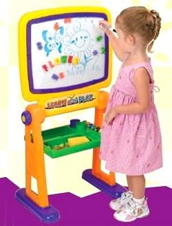 Мольберт детский двусторонний PlayGo 7371 - ребенок у доски