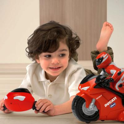 Радиоуправляемая игрушка Chicco Мотоцикл DUCATI 1198 - ребенок с игрушкой