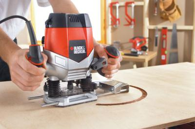 Фрезер Black & Decker KW900E - в работе