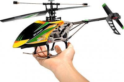 Радиоуправляемая игрушка WLtoys V912 - в руке