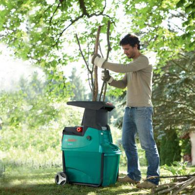 Садовый измельчитель Bosch AXT 25 TC (0.600.803.300) - в процессе работы