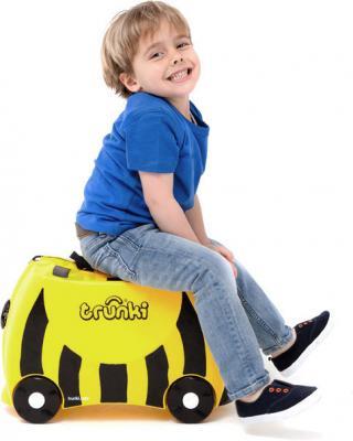 Детский чемодан Trunki Пчела (0044-GB01-P1) - верхом на чемодане