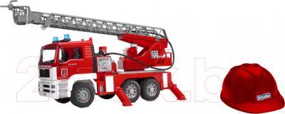Масштабная модель автомобиля Bruder Пожарная машина MAN (01981) - каска в комплекте