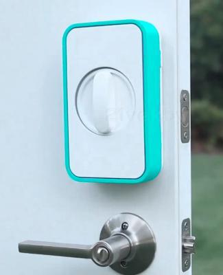 Умный дверной замок Lockitron Light Blue - вид на двери