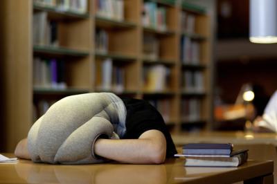 Подушка-страус Studio Banana Things Ostrich Pillow - в использовании