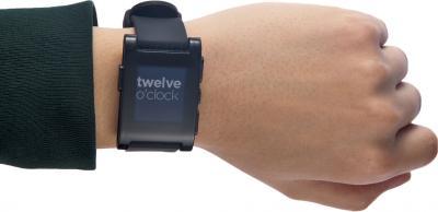 Интеллектуальные часы Pebble Technology Smartwatch (Black) - вид на руке
