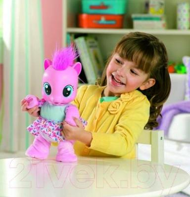 Интерактивная игрушка Hasbro My Little Pony Малютка пони Пинки Пай (29208) - ребенок с игрушкой