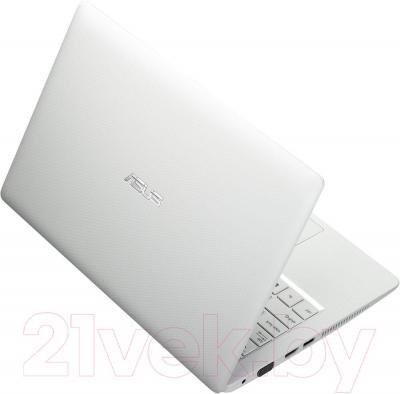 Ноутбук Asus X200MA-KX241D - вид сзади
