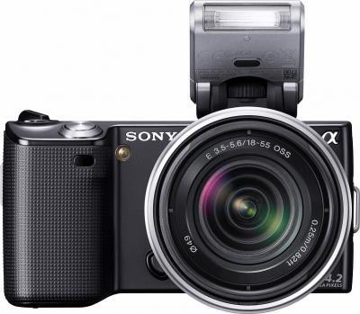 Беззеркальный фотоаппарат Sony Alpha NEX-5D - вид спереди с объективом и вспышкой