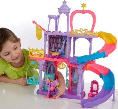 Игровой набор Hasbro My Little Pony Королевство Твайлайт Спаркл Рейнбоу (A8213) - ребенок во время игры