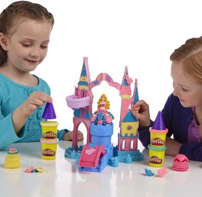 Игровой набор Hasbro Play-Doh Чудесный замок Авроры (A6881) - девочки во время игры